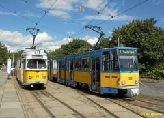 Gotha-Hauptbahnhof, rechts eine KT4D Traktion, welche die Zugreisenden zum Betriebshof bringen wird, links ein Düwag-Planzug. (c) sphenix