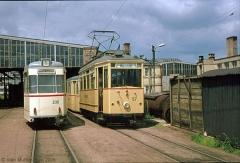 Triebwagen 57 und Triebwagen 206 auf dem Betriebshof, direkt vor der Wagenhalle. (7. Juli 1974)