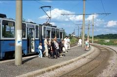 Der Pendler TW 301 ist gerade von Waltershausen angekommen; TW 213 wartet auf der Bahnbrücke. (24. Juni 1990)