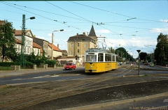 Triebwagen 43 unterwegs mit Beiwagen 83 als Linie 2 zum Ostbahnhof, biegt von der Hutten- straße in die Hersdorfstraße. (24. Juni 1990)