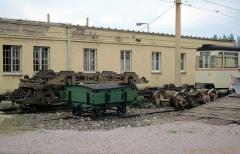 Beiwagen 77 sowie einige Drehgestelle und eine Lore. (4. Juli 1991)