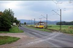 Triebwagen 214 unmittelbar hinter Wahlwinkel. Im Bild die Straße nach Schnepfenthal sowie die Strecke zum Gleisdreieck (4. Juli 1991)