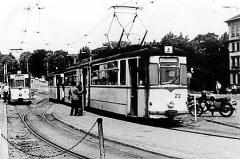 Am Hauptbahnhof wartet die Linie 4 mit Triebwagen 212 auf die nächste Abfahrt in Richtung Tabarz. Links daneben der Wagen 36 als Linie 1. (Sommer 1986)