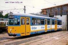 Triebwagen 528 vor der Wagenhalle. (7. August 1997)