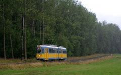 Triebwagen 592 erreicht im strömenden Regen die Haltestelle Boxberg. (August 2004)