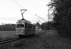 Triebwagen 395 hat gerade die Haltestelle Boxberg verlassen und fährt in Richtung Leina. (September 2004)