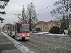 Triebwagen 309 erreicht in der Abenddämmerung die Haltestelle Orangerie. (28. Dezember 2004)
