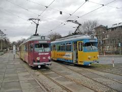 Triebwagen 396 und 318 Am Hauptbahnhof treffen sich die enden die Linien 1, 2 und 4 der Thüringer Wald- und Straßenbahn Gotha. Am 25.12.2004 stehen hier TW 396 als Linie 1 und 318 als Linie 2 zur Abfahrt bereit. (25. Dezember 2004)