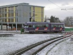 Triebwagen 408 vor demselben. (28. Dezember 2004)