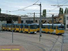 Triebwagen 305, 303 und 318. Blick auf den Betriebshof. (12.9.2004)