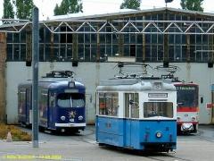Triebwagen 408, 39 und 309 vor der Wagenhalle. (12.9.2004)
