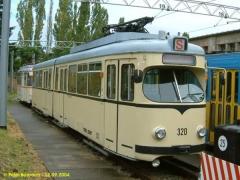 Triebwagen 320, ein ex - Mannheimer DÜWAG neben der Wagenhalle. (12.9.2004)
