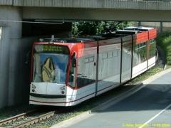 Triebwagen 636. Der Combino unter der Unterführung Sundhausen / Inselsbergstraße. (12.9.2004)