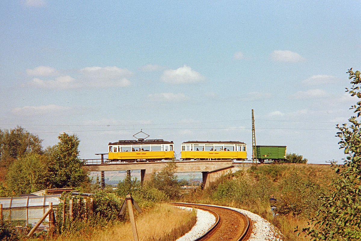Der Traditionszug auf der Bahnüberführung zwischen Wahlwinkel und Gleisdreieck