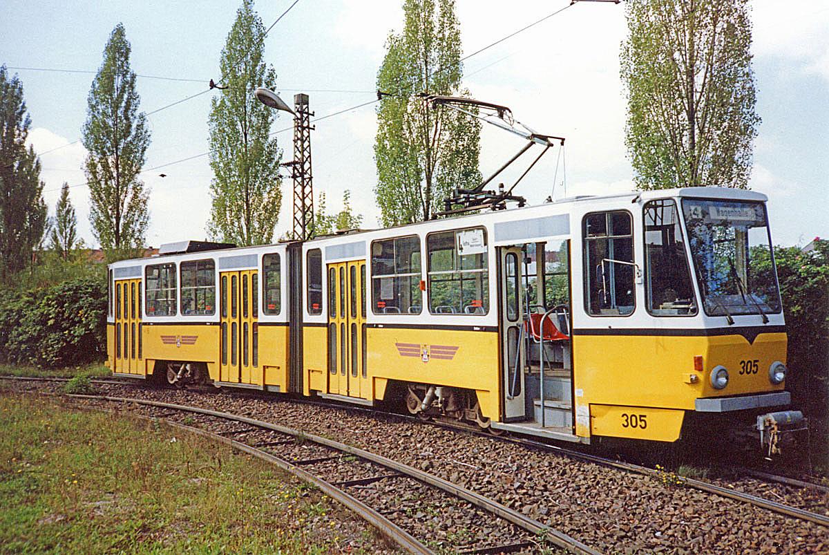 Nun noch ein kurzer Besuch im Betriebshof: KT4D 305 (CKD 1982) in der Wendeschleife am Betriebshof. Hier kam uns die Idee, ihn wegen der passenden Lackierung nach Stuttgart zu entführen und ihn einfach mal zwischen die Gt4 zu stellen…