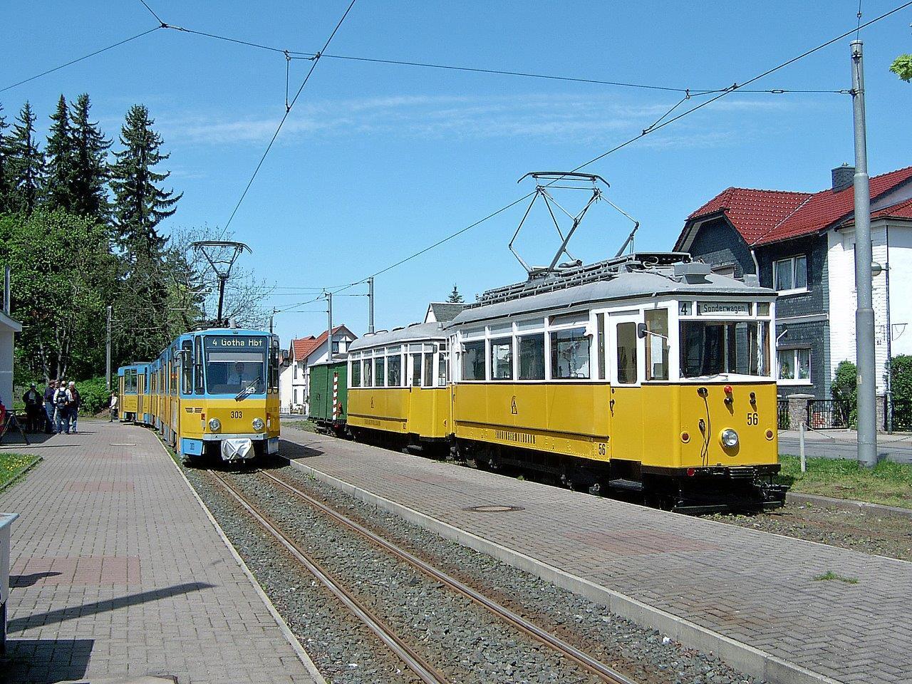 Wieder dieselbe Situation wie 15 Jahre zuvor. Der Traditionszug und Tatra TW 303 in Tabarz. Der Tw 303 musste sich jedoch zwischenzeitlich einer umfangreichen Modernisierung unterziehen.