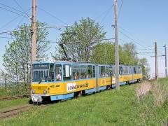Wieder TW 303 in Doppeltraktion bei der Einfahrt im Gleisdreieck von Gotha kommend an der Bahnüberführung.