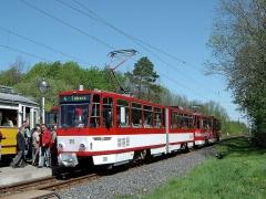 Beginnen wir in der Haltestelle Boxberg: KT4D Traktion bestehend aus TW 310 (CKD 1990, ex Erfurt 540). Dieser Wagen wurde erst am 16.04.2005 nach einer Teilmodernisierung in Betrieb genommen, im September wurde das Fahrzeug dann schon nach einen Unfall abgestellt und verschrottet.