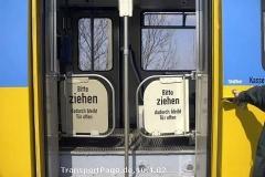 Triebwagen 528: Türsicherung mit Doppelklappe. (10. April 2002)