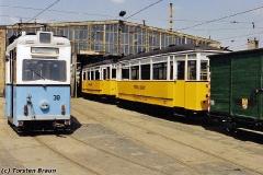 Triebwagen 38 zusammen mit dem historischen Zug (56-82-101) auf dem Betriebshof. (zwischen 1991 und 1994)