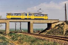 Triebwagen 401 überquert die Bahnstrecke kurz vor dem Gleisdreieck Waltershausen. (zwischen 1991 und 1994)