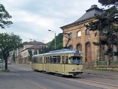 Triebwagen 320 passiert die Orangerie. (15. Juni 2005)