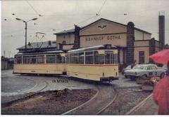 Triebwagen 36 mit Beiwagen 71 vor der Fassade des Hauptbahnhofs. (Sommer 1990)