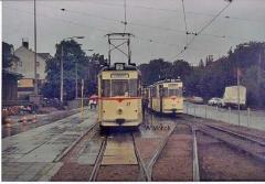 Triebwagen 36 mit Bw 71 an der Hst. Hauptbahnhof. Dahinter Tw 37 (Sommer 1990)