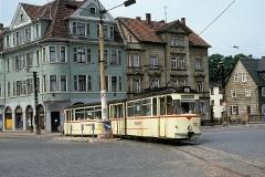 Gelenkwagen 202 auf dem Hersdorfplatz - schwach erkennbar ist das Geleise der 1985 stillgelegten Friedhofslinie. (Juni 1990)
