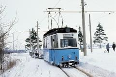 Am Gleisdreieck in Waltershausen pausierte Tw 38 vom Schneepflug-Einsatz. (Februar 1991)