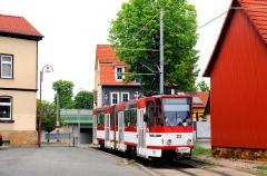 Im Ortsbereich von Sundhausen verläuft die Thüringerwaldbahn zwischen den Häusern des kleinen Ortes hindurch. Am 21. Mai 2016 ist hier der Tatra Triebwagen mit der Nummer 315 im Einsatz.