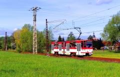 Nahe der kleinen Ortschaft Wahlwinkel rollt der Tatra Triebwagen mit der Nummer 308 am 21. Mai 2016 in Richtung Waltershausen. Diese weiß/rot lackierten Triebwagen fuhren zuletzt in der Landeshauptstadt Erfurt und tragen auch noch das Farbkleid der Erfurter Verkehrsbetriebe.