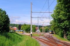 In Waltershausen befindet sich ein Gleisdreieck, dass die Linie 6 nach Waltershausen (Bahnhof) mit der Linie 4 der Thüringerwaldbahn nach Tabarz, bzw. Gotha verbindet. Am 21. Mai 2016 warten dort der Tatra Zug der Linie 6 nach Waltershausen (Bahnhof, rechte Bildseite) und ein Zug der Waldbahn nach Tabarz (links) auf die Abfahrt.
