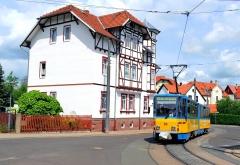In Waltershausen führt die Linie 6 inmitten der schönen historischen Gebäude am Rande der historischen Altstadt vorüber. Früher gab es auch eine Strecke die mitten durch die Altstadt hindurch führte. Das Bild entstand in der Nähe der Ohrdrufer Straße/ Im Brühl (21. Mai 2016).