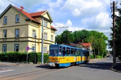 Am 21. Mai 2016 ist der Triebwagen 316 in der Goethestraße unterwegs in Richtung Gleisdreieck. Die beschauliche Stadt Waltershausen bildet einen stimmigen Rahmen.