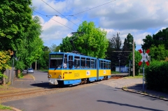 Der Triebwagen mit der Nummer 316 hat soeben den Bahnhof von Waltershausen verlassen und fährt in die Albrechtstraße ein (21. Mai 2016).