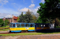 Am 21. Mai 2016 wartet der Tatra Zug mit der Nummer 316 im Bahnhof von Waltershausen auf Fahrgäste. Die Straßenbahn führte früher weiter bis in die historische Altstadt von Waltershausen. ...