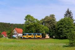 Weiter mit der Linie 4 in Richtung Tabarz. Kurz vor dem Endbahnhof Tabarz rollt der Triebwagen von der Gefällestrecke ab der Station Marienglashütte bis zum Endbahnhof hinab (23. Mai 2016).