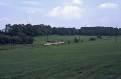 Die Waldbahn als Wiesenbahn zwischen Boxberg und Leina. (12.07.1987)