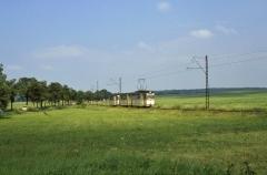 Vor Wahlwinkel wendet sich die Waldbahnstrecke von der Landstraße ab. Tw 212 und sein Beiwagen werden von einem Tatra-Verstärker verfolgt ...