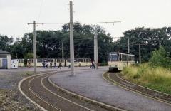 Ein Gotha-Zug ist am Gleisdreieck angekommen, die Fahrgäste nach Waltershausen müssen in den Tatra umsteigen. (17.07.1987)