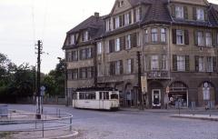 Tw 39 am Hersdorfplatz. Heute ist der Platz unschön mit rot-weißen Plaste-Elementen möbliert.
