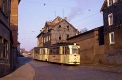 Gotha-Zug mit Tw 35 schwingt sich am 17.03.1990 den Nelkenberg hinunter, die Bedeutung der Zielbeschilderung wird meistens völlig überbewertet.
