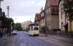 Tw 39 in der Reuterstraße. Heute ist der Abschnitt vom oberen Ende des Nelkenbergs bis zum Ostbahnhof zweigleisig ausgebaut.