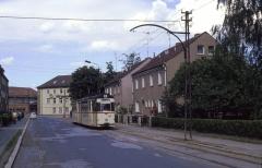 Tw 209 auf dem Weg zum Hauptbahnhof. Die Masten stammen wohl noch aus der Eröffnungszeit der Strecke (1928).