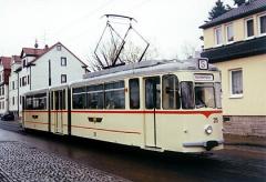 Während einer Sonderfahrt ist der Triebwagen 215 in Waltershausen unterwegs. (April 2002)