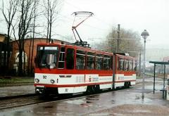 Der ehemalige Erfurter KT4D ist erst wenige Tage in Gotha als Wagen 312 im Einsatz. Hier wartet er, noch im Erfurter Farbkleid, an der Haltestelle Gleisdreieck. (April 2002)
