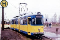 An der Haltestelle Gleisdreieck steht der Wagen 528 und wartet auf Fahrgäste die nach Waltershausen wollen. (Mai 2002)