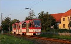 Tw 309 verlässt den Ort in Richtung Tabarz und passiert gleich das nahe gelegene Gleichrichterunterwerk (nicht im Bild). (17. August 2005)