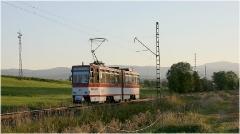 Triebwagen 311 auf der Fahrt zwischen Leina und Boxberg. Das Licht wurde hier recht knapp, wie an den langen Schatten deutlich zu sehen ist. Rechts im Bild zeigt sich der Inselsberg. Wer genau hinsieht, kann die Herkunft 'EVAG' am Fahrzeug vorn im Streiflicht erkennen. (5. September 2005)